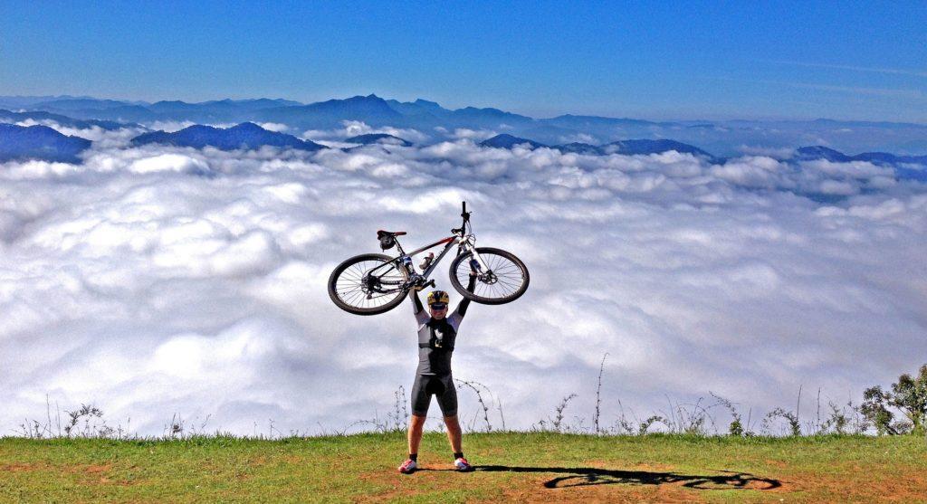 mountain-bike-wolken